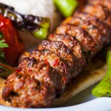 Adana kebab – dlouhé, ručně mleté jehněčí maso maso napíchnuté na široké železné jehle.