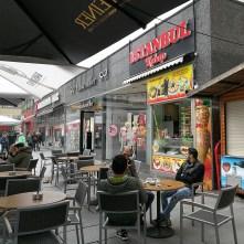 """Exteriér, v popředí přátelští """"Němci"""" - Istanbul kebab, Dráždany"""