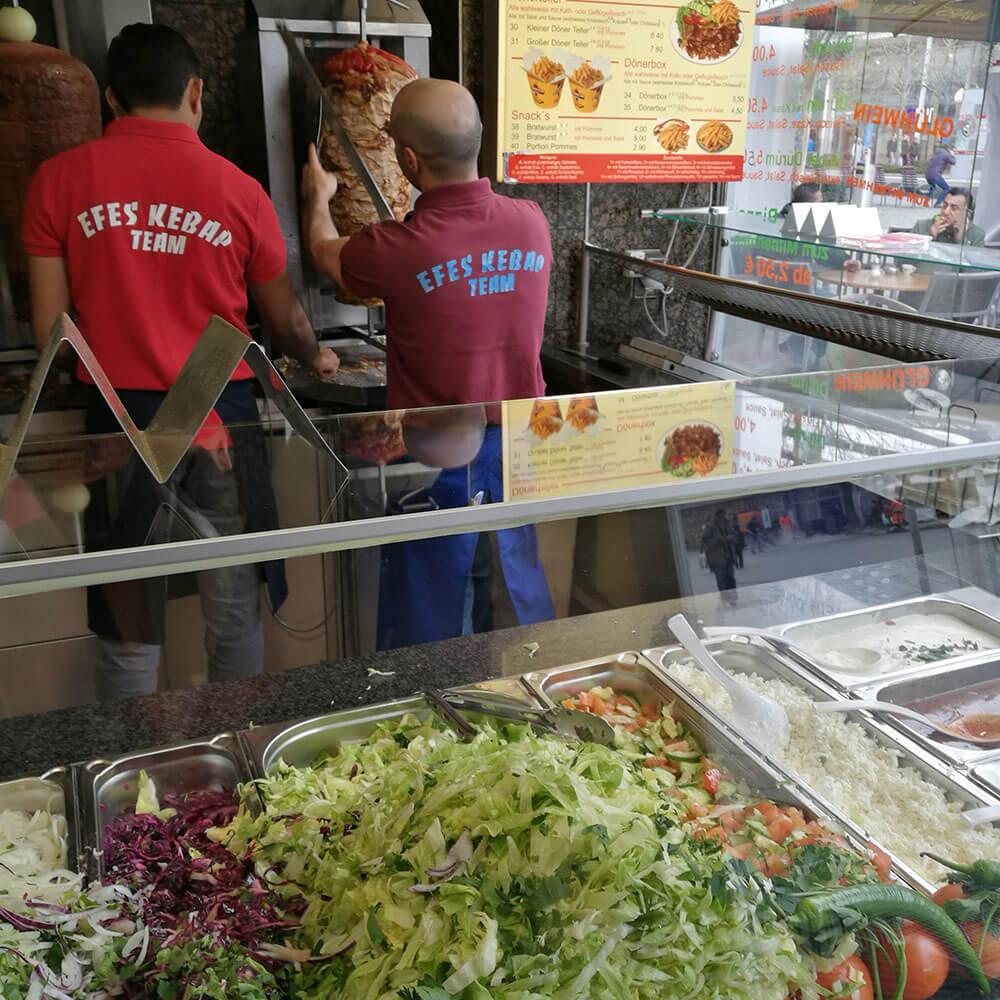 Zelenina, v pozadí pracanti - Istanbul kebab, Dráždany