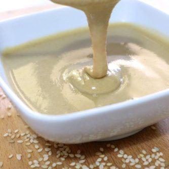 Tahini - mírně ředěná sezamová pasta vyrobená z drcených sezamových semínek a mořské soli - Kebabárenský slovníček