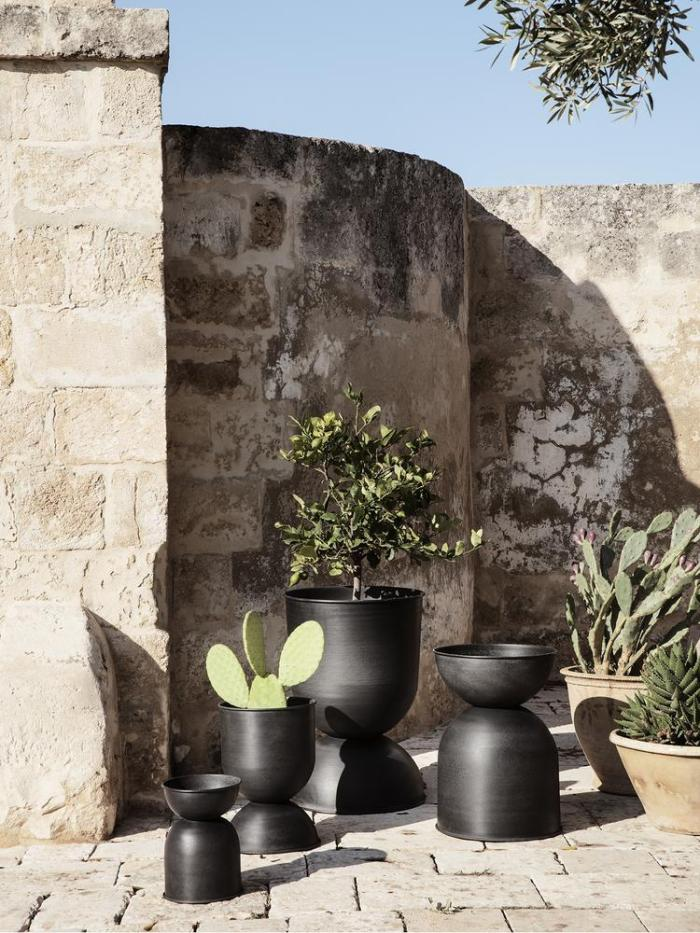 Hourglass pot large black