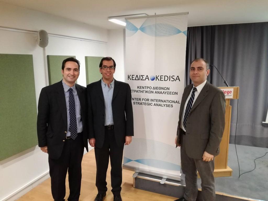 Από τα αριστερά προς τα δεξιά: Ο Ιδρυτής και Πρόεδρος Δ.Σ. του ΚΕΔΙΣΑ, κ.Ανδρέας Γ. Μπανούτσος, ο εκ των εισηγητών του σεμιναρίου Δρ. Αντώνης Σκοτινιώτης, και ο Διευθυντής Ερευνών του ΚΕΔΙΣΑ, Δρ. Πέτρος Βιολάκης.