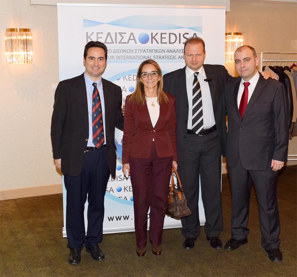 Από τα αριστερά προς τα δεξιά: Ο Ιδρυτής και Πρόεδρος Δ.Σ. του ΚΕΔΙΣΑ, κ.Ανδρέας Γ. Μπανούτσος, η Πρέσβειρα της Χιλής, κα. Maria Pia Busta Diaz, ο Εκτελεστικός Διευθυντής του ΚΕΔΙΣΑ, κ.Γιώργος Πρωτόπαπας και ο Διευθυντής Ερευνών του ΚΕΔΙΣΑ, Δρ. Πέτρος Βιολάκης.