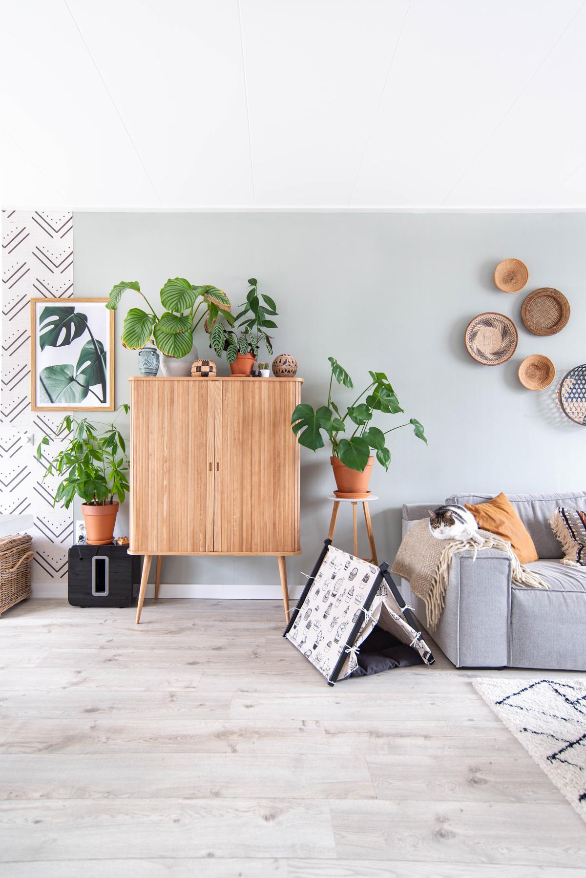 keeelly91 blogger zuiver barbier kast interieur inspiratie bohemian woonkamer vintage desenio wallpaper murals homeinspo planten groen in huis