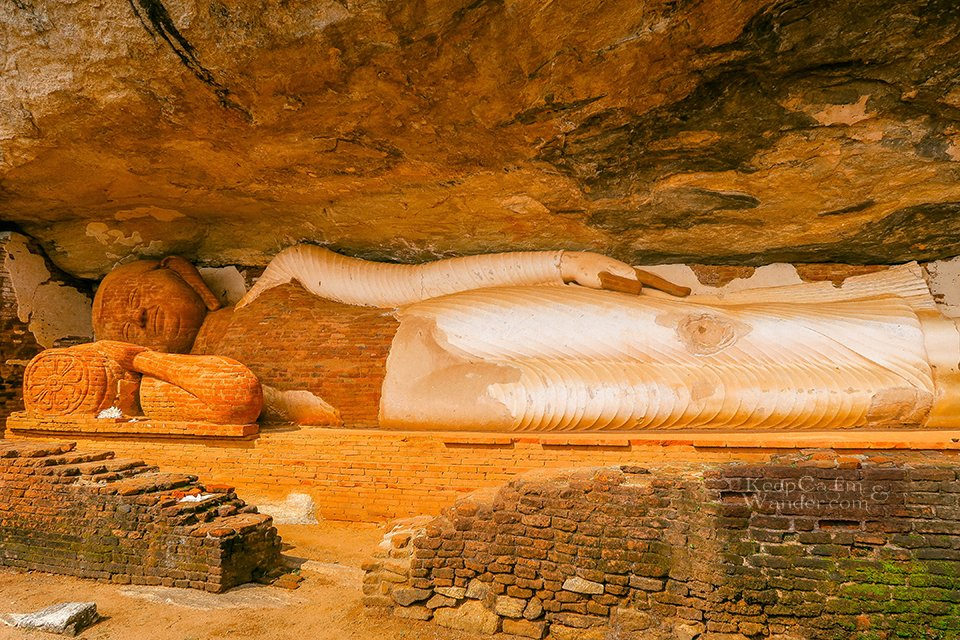 Climbing the Pidurangala Rock in Climb a mountain or two when you are in Sri Lanka. Hostel in Sigiriya