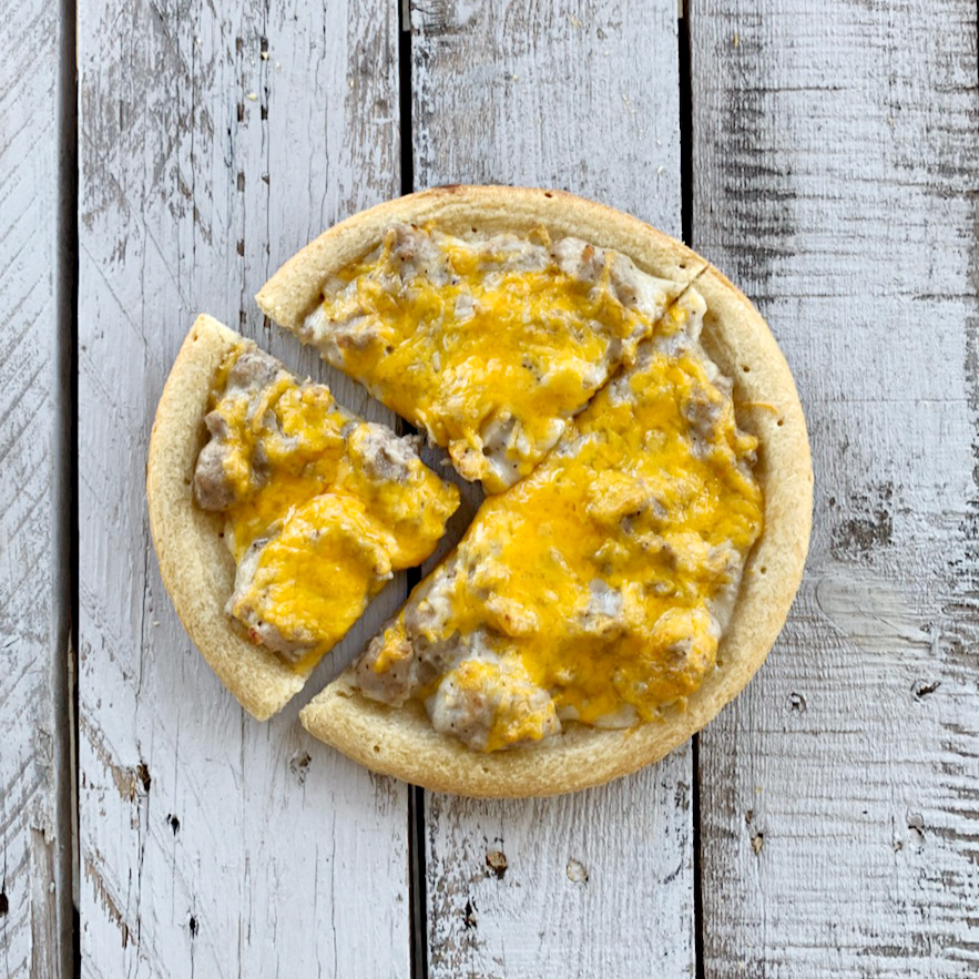 Why don't you change up breakfast tomorrow morning? This breakfast pizza recipe is so delicious and super easy. Who doesn't love pizza?