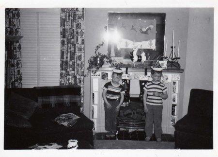 retro-children-christmas-party-hats-782975