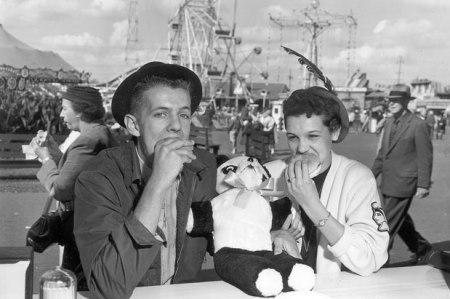 1956-teenagers-eating-burgers-7638