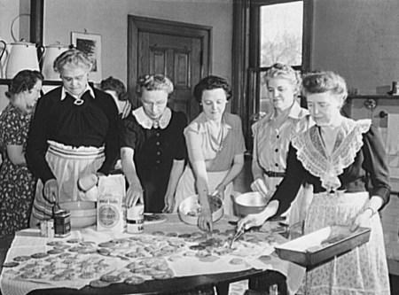 church-group-baking-cookies-for-a-servicemens-center-minneapolis-minnesota-1942