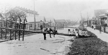 1921-Hurricane-kids-on-pole