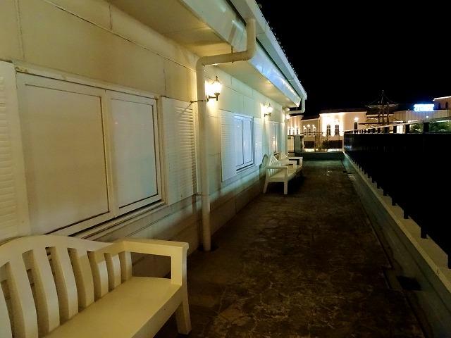 夜のマリンピア神戸のベンチ