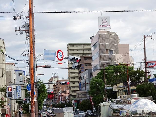 台風で曲がる信号