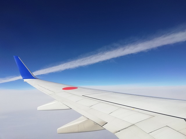 飛行機雲を間近で撮影