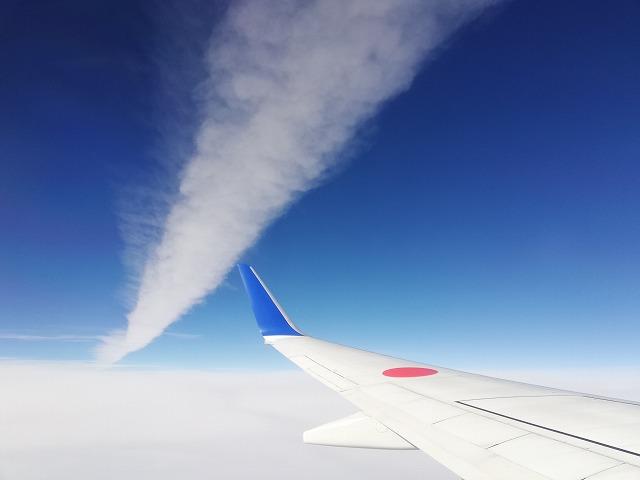 飛行機雲を近くで撮影