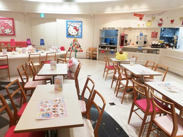 ハローキティ―専門カフェの店内