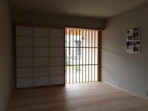 寝室の南開口部。すっきりとした空間に格子が映える。