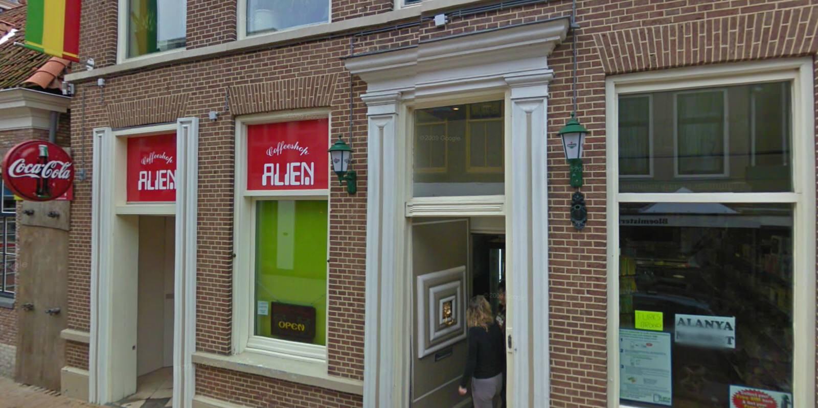 Öffnungszeiten aus einer anderen Welt: Coffeeshop Alien (Quelle: Google Streetview)