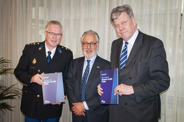 links: Ruud Bik, rechts Ivo Opstelten. In der Mitte ein Professor für Psychiatrie. Vielleicht sollten sich beide mal einen Termin geben lassen...