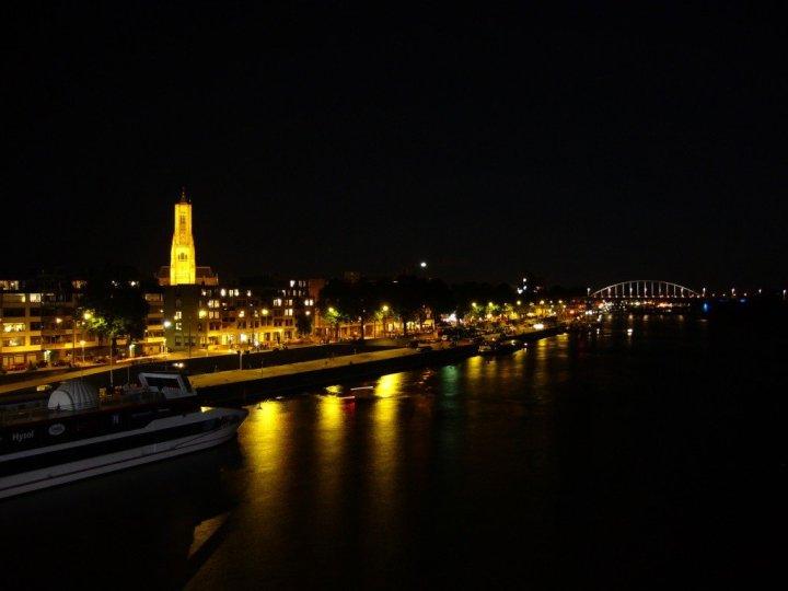 Rijnkade in Arnhem bei Nacht (CC BY-SA 3.0 Copyright by: Robert221)