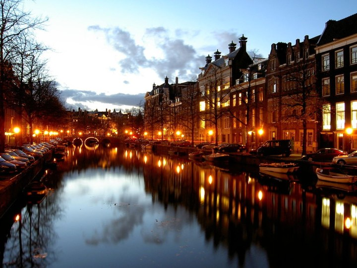 Gracht in Amsterdam bei Nacht (CC BY-SA 3.0, Copyright by: Labe)