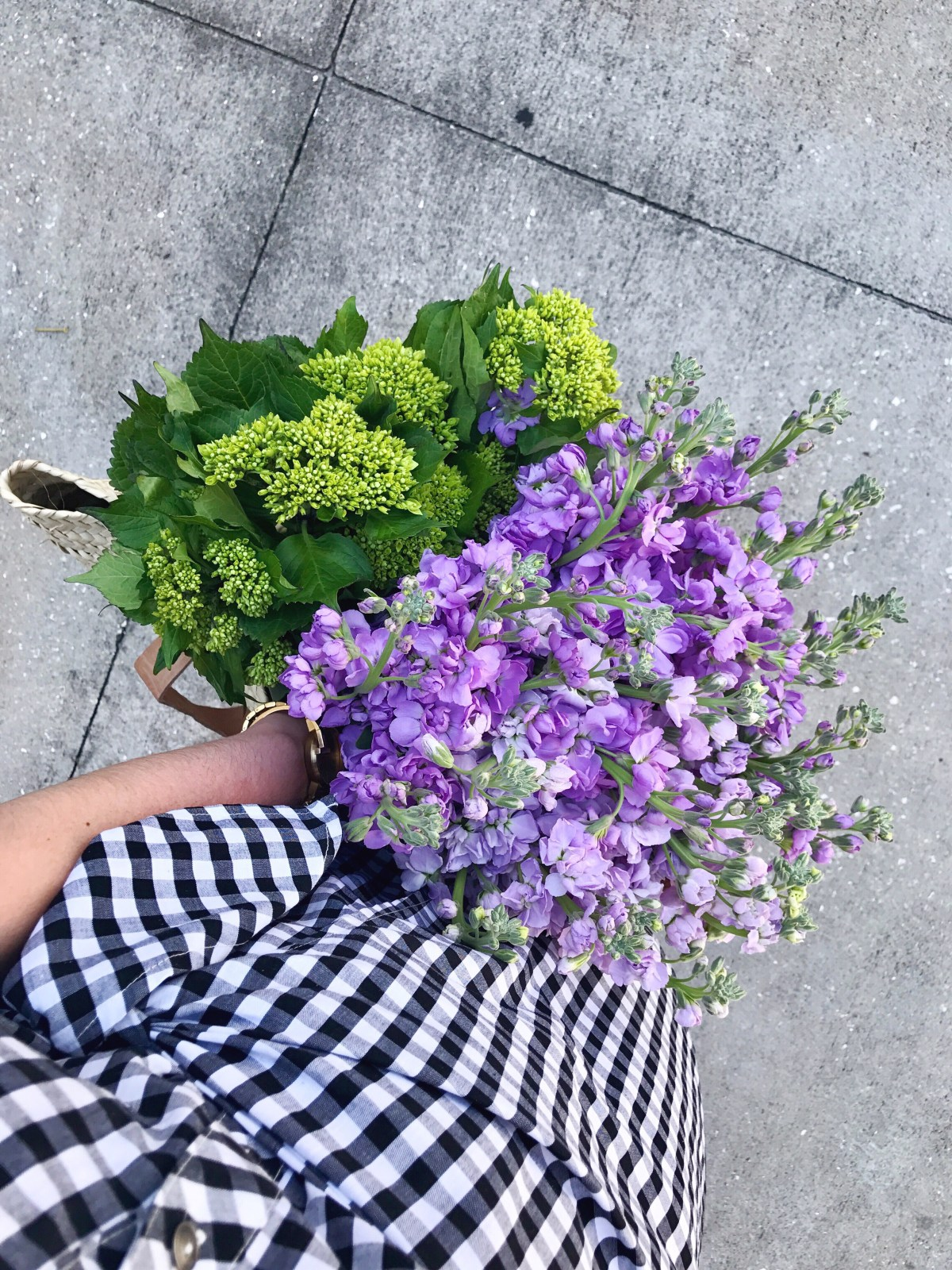 style blog, flowers in handbag, green hydrangea, lavender stock flower, gingham dress