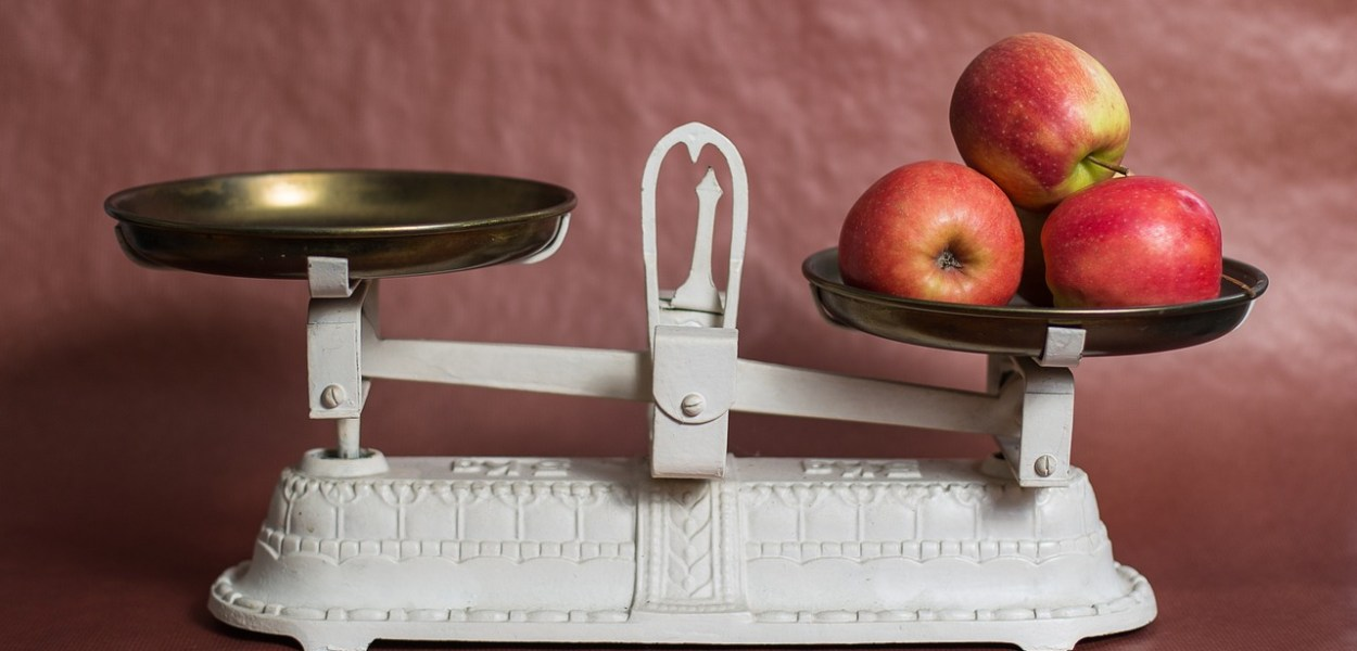 scales with apples