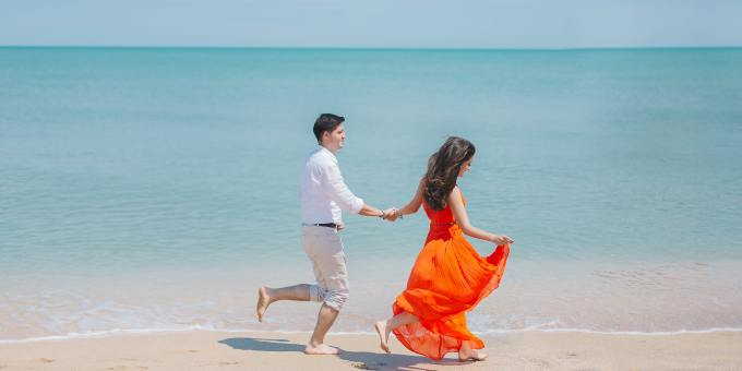 barefoot-beach-couple-792726