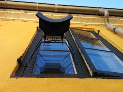 Įdomi technologija Dragør miestelyje. Miestelis senas su siauromis, ilgomis gatvelėmis, tad žmonės ant langų užsidėję tokius veidrodžius, kurie leidžia matyt, kas vyksta gatvelės galuose.