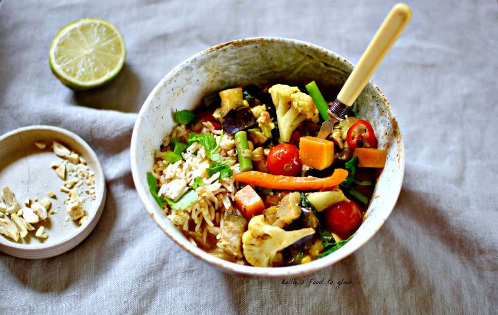 The key to this slurpy Vietnamese-ish vegetable curry is the homemade spice blend that actually hails from the other side of the Indian Ocean - Sri Lanka. With 10 vegetables, a mild spice mix and coconut milk this is a perfect all-season curry for the whole family.