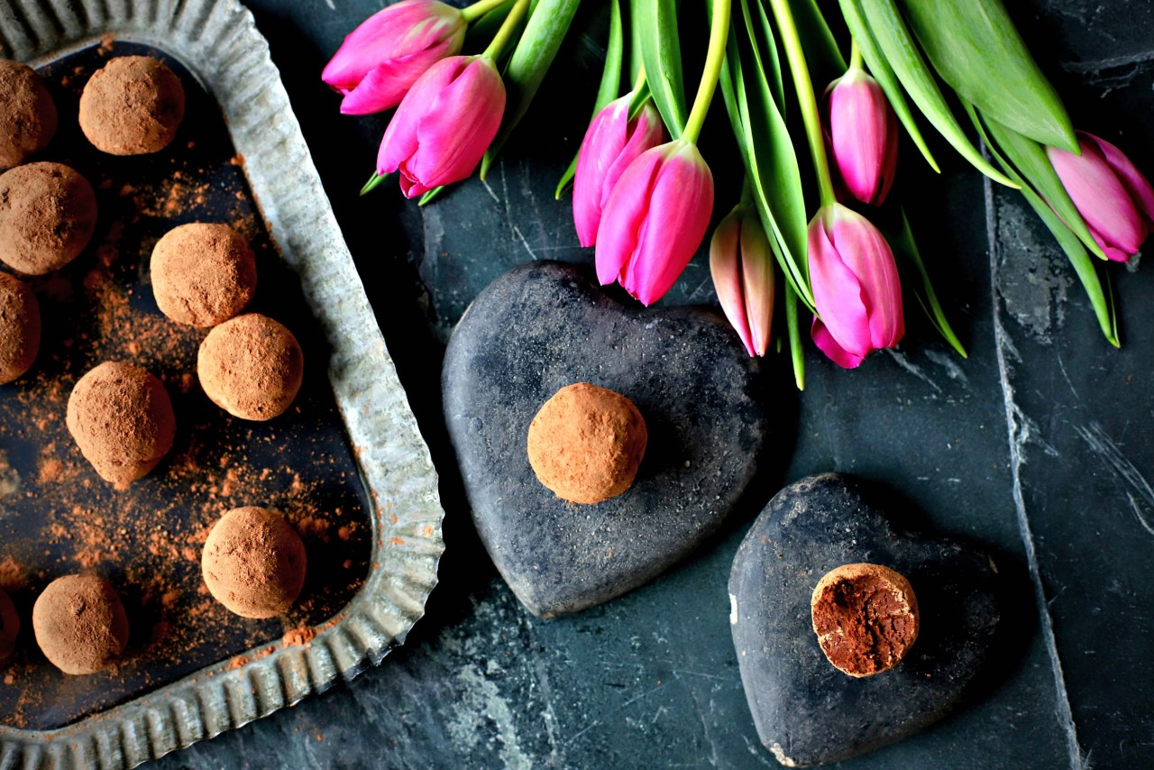 Feed your soul and your body with these vegan, low-sugar and very fudgy tamarind and cacao truffles. With spices such as cardamom, ginger and sweet-hot guajillo pepper, your tongue will soon be dancing.