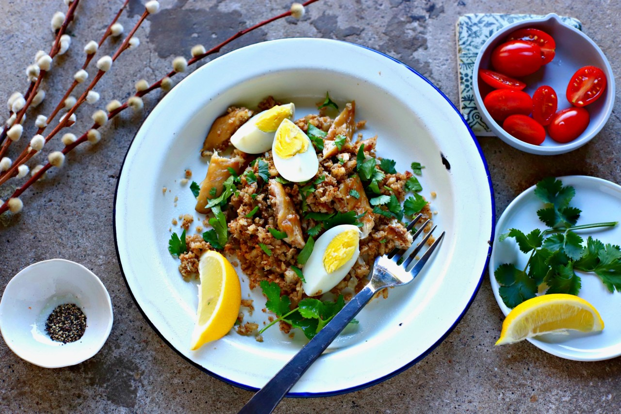 Start the weekend with this easy #Cauliflower #Rice #Kedgeree - full of fibre and with a lovely smoky spiciness. This is a twist on a classic Scots-Indian #breakfast #recipe.