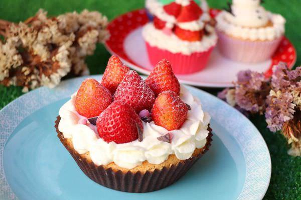 【嘉義西區】新開幕夢幻甜點店『BIG MOM CUPCAKE』美味可愛杯子蛋糕,最愛草莓派對了,天花板還有紫色花海!