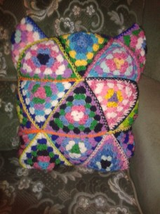 crocheting granny triangle pillow DIY