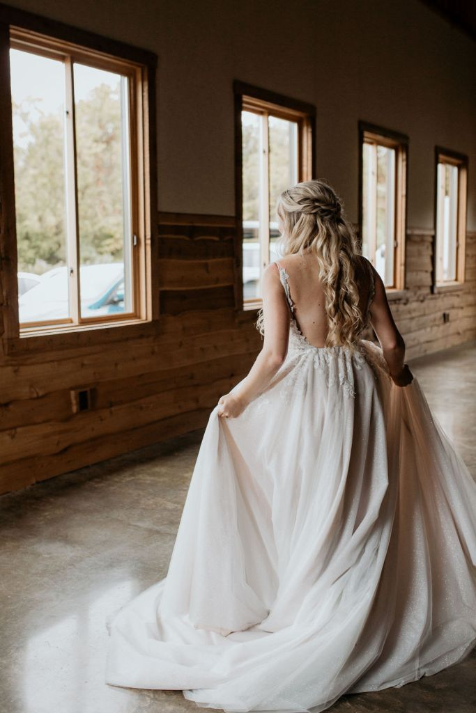 bride walking to see father for the first time
