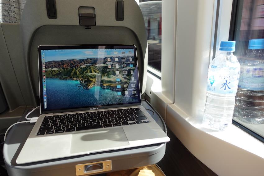「ひのとり」レギュラーシートのテーブルは、13インチのMacBook Airがちょうど収まるくらい大きさ。