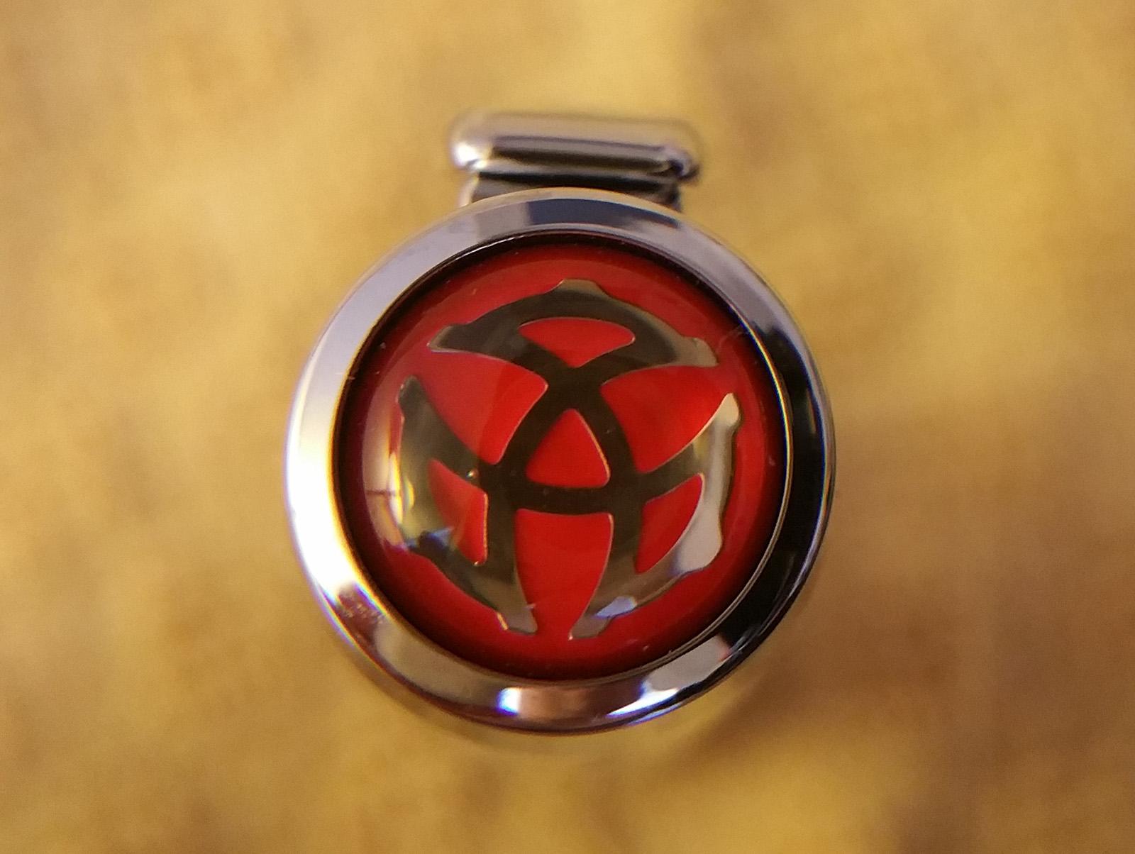 TWSBI Diamond 580AL Fountain Pen finial showing a silver TWSBI logo on a red background