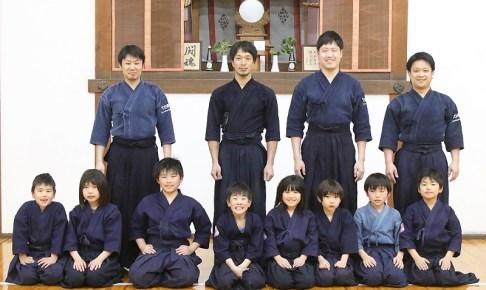 東レ滋賀剣道部の道場「明道館」では部員たちが少年指導に携わっている。