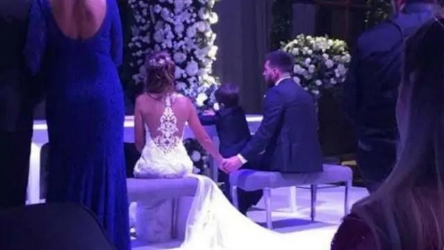 Messi trao nhẫn cưới, hôn say đắm Antonella trong giây phút hạnh phúc nhất cuộc đời - Ảnh 6.