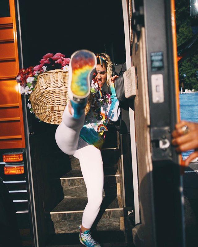 Miley Cyrus bắt tay với giày Converse tôn vinh cộng đồng LGBT