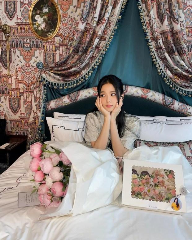 Từ nay hãy gọi Jisoo (BLACKPINK) là công chúa: Xinh đến sốc visual, đọ sắc bên hoa còn kiều diễm gấp nhiều lần - Ảnh 5.