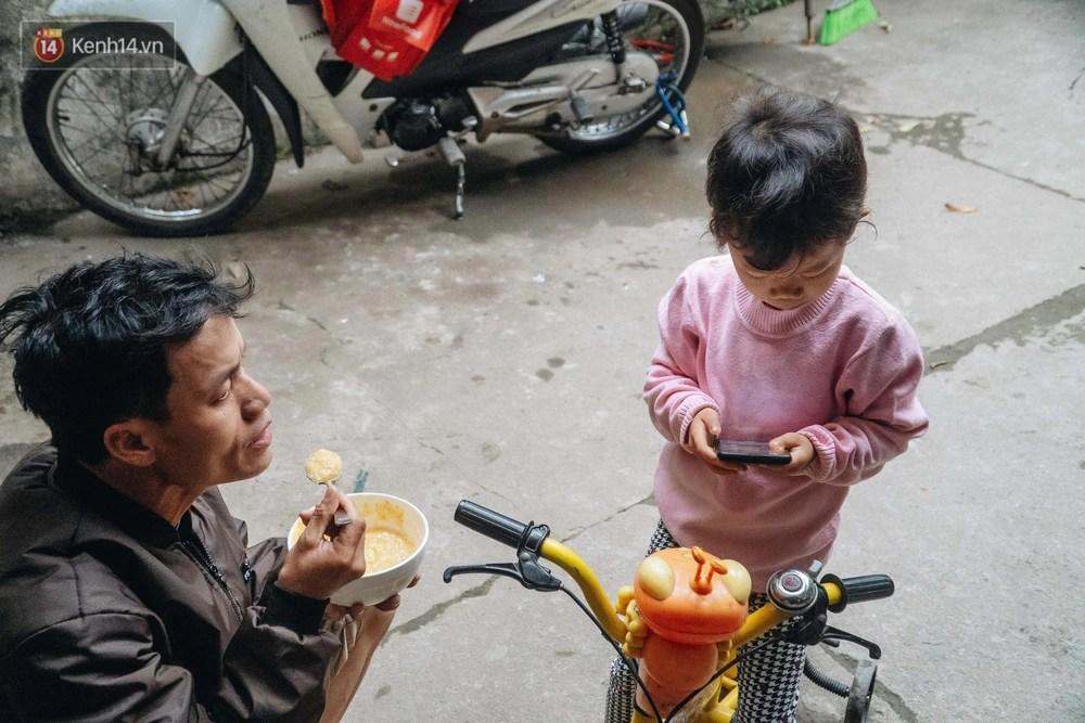 Cuộc sống hiện tại của người bố địu con bán bọc chân chống xe máy ở Hà Nội: Bé gái đã được đến trường - Ảnh 4.