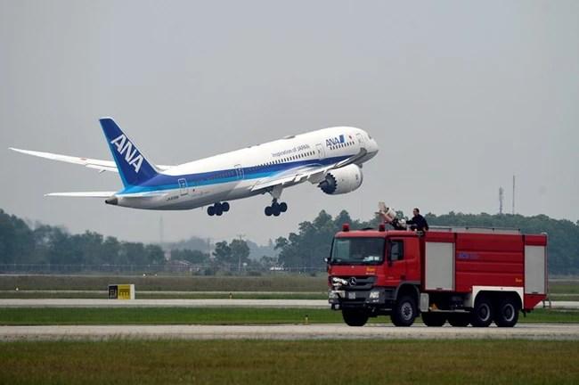 Máy bay xếp hàng cất cánh ở Nội Bài - Ảnh 11.