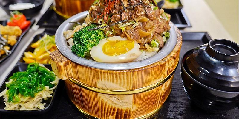 台中北區一中街美食   虎川-山丼本舖。平價好吃,疊高高大份量的木桶丼飯。自助式白飯、味噌湯、紅茶、麥茶無限續。