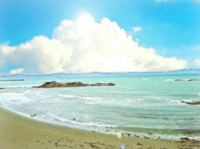 夏の海若き思いで消えぬ砂