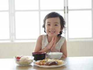 朝食を食べる子ども