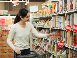 商品を選ぶ女性