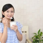 ヨーグルトを食べる女性
