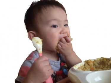 1歳児の食事で手づかみ食べをするメリットやデメリットとは