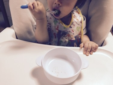 離乳食完了期からスプーンを使う練習を始める。その方法は?