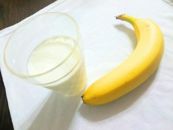 バナナスムージーを牛乳で作るとカロリーが高くなりますか?